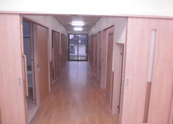 廊下や居室に、足腰に優しいクッションフロアを使用