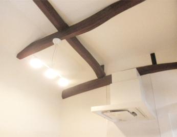 元々の天井を高く計画し、梁を現しにしました