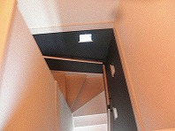 階段もツートンカラーでクールな雰囲気