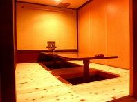 ひのきの香り漂う個室は、足をゆったり伸ばせる堀個室に