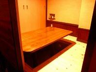 消臭効果のあるシラス壁を採用。造り付けの調味料置きでテーブルはすっきりと
