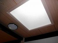 トップライトで室内に効果的に光を取り入れ