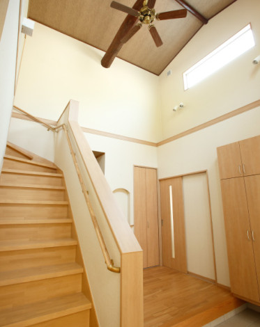 天井が高く開放的な玄関
