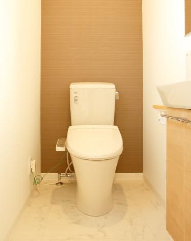 木目とタイルで落ち着くトイレ