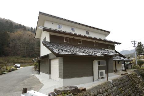 屋根、小屋組みを一旦撤去し新たに構造から製作しました。