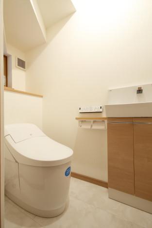 階段下にトイレを配置。 狭小空間でも無駄のないタンクレスを採用。