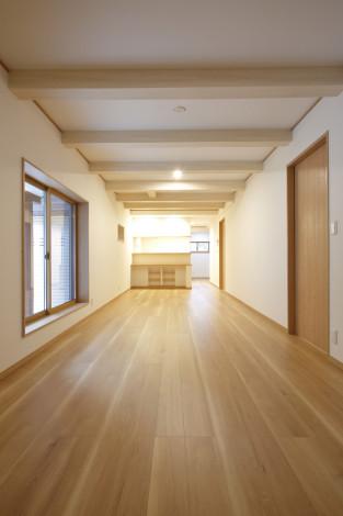 天井高を取る為、2階床梁を出しました。 開放的な空間が広がります。