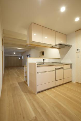 部屋の間口に合わせて、小さめのキッチンで圧迫感を感じないように計画。