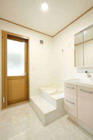 2階の洗面所。 バルコニーと一体的に使えるよう出入口を設けました。