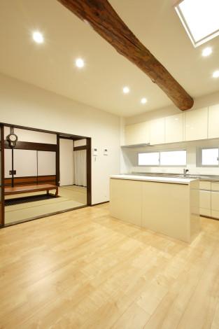 元々土間だった為低く床組されていた台所は、新たに組み替え、居間と続くバリアフリーに。 天井高も上げ、天窓を設けることで明るさもアップしました。 80年間、家を支えた梁は、これからも家族を支えていきます。