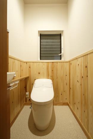 杉の腰板を張り「和」空間のトイレ。 心地よい温もりを感じます。