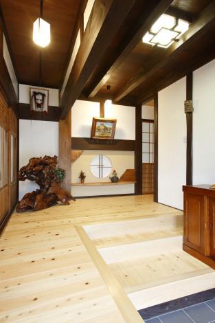 元々の建具と天井板を生かしました。 壁の漆喰を綺麗に塗り直し、床には香り豊かな桧の無垢板を利用。 正面の丸窓周りのカウンターと飾りには以前使用されておられた欅の踏み台を再利用しました。