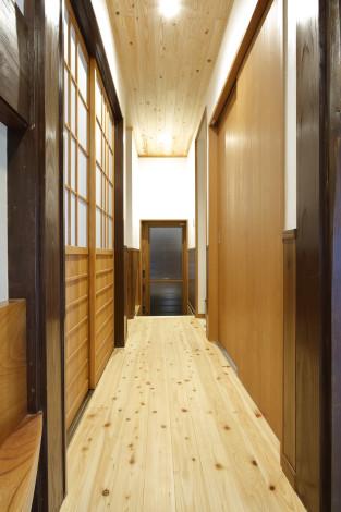 廊下から台所に入る建具は新たに『舞良戸』で作成。 重厚な雰囲気を残しつつ、新たな歴史を刻んでいきます。