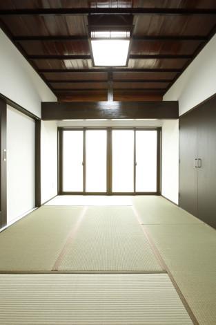 間取りを変更した和室。 天井板は一度剥がし清掃と塗装を施し再利用しました。