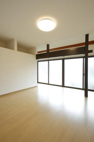 差鴨居などはそのまま生かし趣を残します。 間仕切り部分の壁厚を収納にして空間を無駄なく使います。