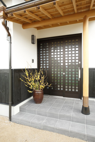 この家にふさわしくする為、丸柱と丸桁で和風的な玄関を計画。 白木材はこれから経年変化を経て、味わい深い飴色に変化します。