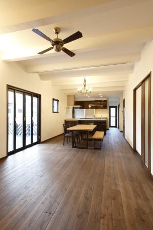 25帖の広々LDK。 床材は杉の無垢板を使用する事で、空間に柔らかさをもたらせてくれます。