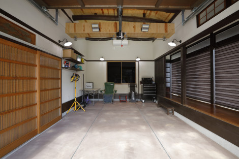 シャッター側から内部を見た面。 天井を取り払い吹き抜けにする事で、入った瞬間の開放感を高めました。