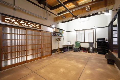 殺風景になりがちなガレージですが、床にはカラークリート2種類をムラになるように意図的に施工。 モダンな仕上がりになりました。