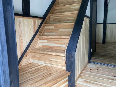 お子様でも安心して昇り降りできるよう、安全性を考慮した階段を設置。