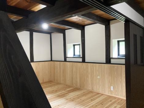 腰壁と漆喰のコントラストが美しいくつろぎスペース。
