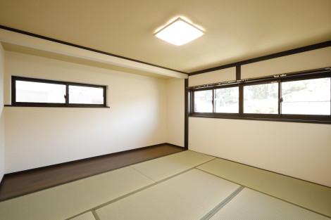 太陽の光を沢山取り入れることが出来る様、窓スペースを十分に確保。明るい陽射しが部屋を包み込みます。